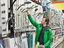 Mens die voor badkamersmateriaal winkelen in winkel Royalty-vrije Stock Foto
