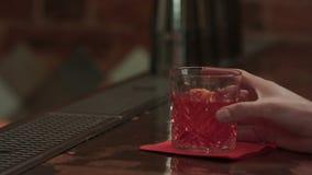 Mens die voor cocktail in de bar betalen stock footage