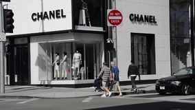 Mens die voor geld in Beverly Hills bedelen stock videobeelden