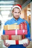 Mens die voor Kerstmis winkelen Royalty-vrije Stock Foto
