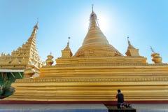 Mens die voor Kuthodaw-pagode, Mandalay, Myanmar bidden stock foto