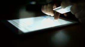 Mens die voor tabletpc werken stock video