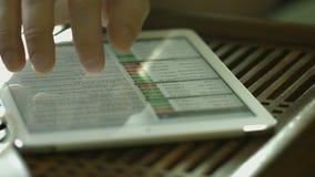Mens die voor tabletpc werken stock footage