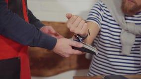 Mens die voor voedsel met zijn kaart betalen stock video