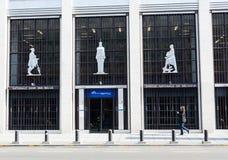 Mens die voorbij de nationale bank van België loopt Royalty-vrije Stock Foto's