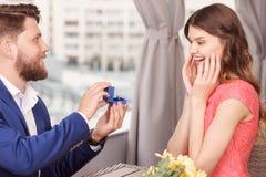 Mens die voorstel doen aan zijn meisje stock foto