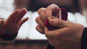 Mens die voorstel doen aan zijn meisje met trouwring met steen, overeenkomst stock video