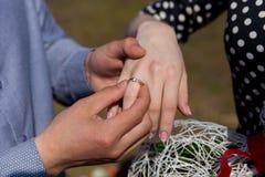 Mens die voorstel met de ring doen aan zijn meisje royalty-vrije stock afbeeldingen