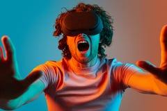 Mens die in VR-glazen bij camera gillen royalty-vrije stock afbeelding