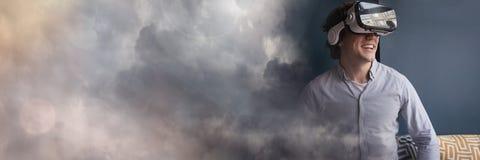 Mens die VR-Hoofdtelefoon met donkere wolkenovergang dragen Royalty-vrije Stock Foto