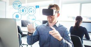 Mens die VR-Virtuele de Werkelijkheidshoofdtelefoon van de Geschiktheidsgezondheid met Interface dragen stock afbeeldingen
