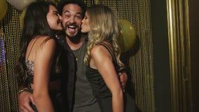 Mens die vriendschappelijke kussen door partijmeisjes krijgen stock footage