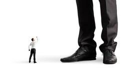 Mens die vuist tonen aan zijn grote werkgever Royalty-vrije Stock Foto
