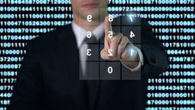 Mens die wachtwoord op het scherm ingaan, de toegang van de veiligheidsdatabase, moderne technologie stock footage