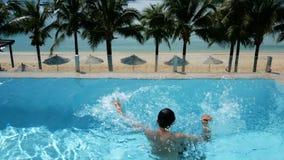 Mens die in water bij zwembad verdrinken de mens die in de pool verdrinken probeert om langs gezette hand te overleven omhoog vra stock footage
