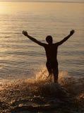 Mens die in water in werking wordt gesteld Stock Fotografie