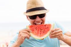 Mens die watermeloen eet Royalty-vrije Stock Foto