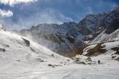 Mens die weg en in de heuvellandschap van de sneeuwberg kijken denken Royalty-vrije Stock Afbeeldingen