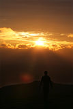 Mens die weg in zonsondergang loopt Stock Foto