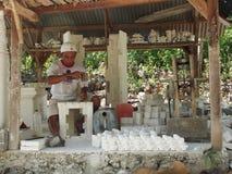 Mens die Witte Kalksteenstandbeelden vormen Stock Foto