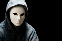 Mens die witte masker en kap draagt Royalty-vrije Stock Afbeelding