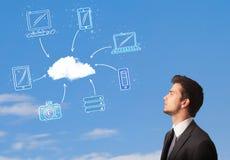 mens die wolk gegevensverwerkingsconcept bekijken op blauwe hemel Stock Fotografie