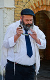 Mens die Yemenite shofar blazen royalty-vrije stock afbeelding