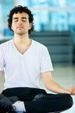 Mens die yoga doet Stock Afbeeldingen
