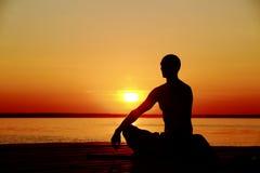 Mens die yoga uitvoeren Stock Foto