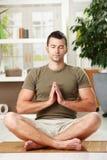 Mens die yogaoefening doet stock afbeeldingen