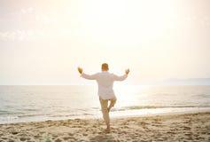 Mens die yogaoefeningen op het strand doen - gezond levensstijlconcept Royalty-vrije Stock Afbeelding