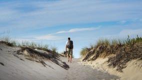 Mens die in Zand in Cape Cod wandelen Stock Foto's