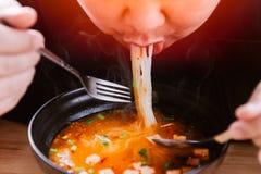 Mens die zeer hete en kruidige noedel smakelijke yummy eten royalty-vrije stock foto's