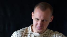 Mens die zeer slecht natte oksels, een mens zweten die zijn neus wegens stank houden 4K stock video