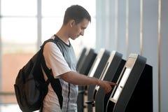 Mens die zelf-registratie voor vlucht doen royalty-vrije stock fotografie