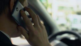 Mens die zenuwachtig die op celtelefoon spreken in auto, over mislukking wordt verstoord, taaie dag stock video