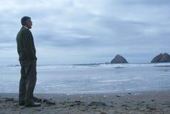 Mens die zich alleen op het Strand bevindt Stock Foto's
