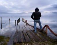 Mens die zich bij het dok op een de winterdag bevinden royalty-vrije stock foto