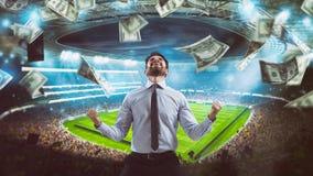 Mens die zich bij het stadion voor het winnen van een rijke voetbalweddenschap verheugt royalty-vrije stock foto's