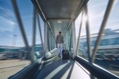 Mens die zich bij luchthaven haast stock fotografie