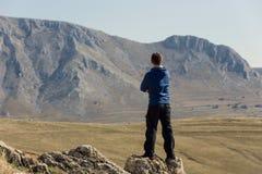 Mens die zich bovenop berg bevinden Royalty-vrije Stock Afbeeldingen