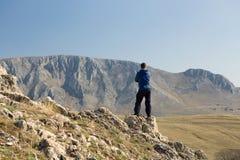 Mens die zich bovenop berg bevinden Stock Fotografie