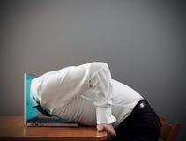 Mens die zich in computer werpen Stock Afbeeldingen