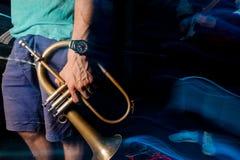 Mens die zich in de nachtclub bevinden met een trompet in zijn hand Stock Afbeelding