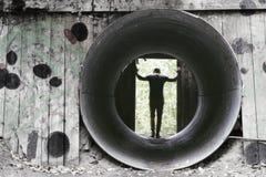 Mens die zich in de overblijfselen van het vernietigen van Nobel ` s bunkers bevinden stock foto