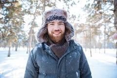 Mens die zich in de winterpark bevinden Royalty-vrije Stock Afbeelding