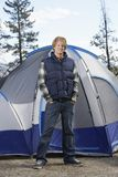 Mens die zich in Front Of Camping Tent bevinden stock fotografie