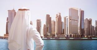 Mens die zich in Front Of Dubai Business Bay bevinden royalty-vrije stock afbeeldingen