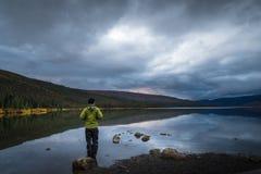 Mens die zich in het meer bevinden royalty-vrije stock afbeelding