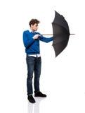 Mens die zich met paraplu bevindt Royalty-vrije Stock Foto's